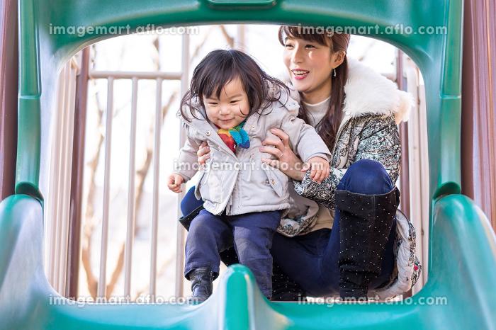 遊具で遊ぶ子ども(女の子・滑り台・表情)の販売画像