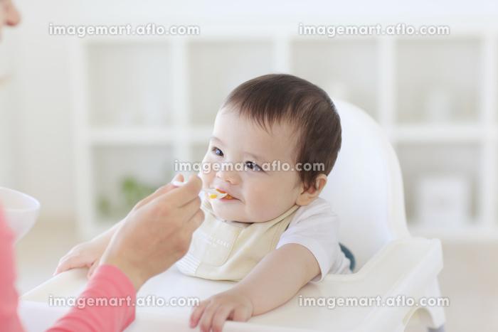 離乳食を食べるハーフの赤ちゃん