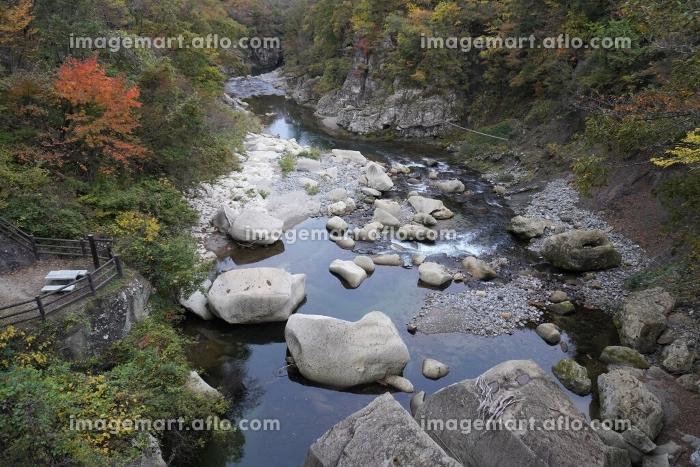 磊々峡の紅葉とせせらぎの風景、宮城県仙台市秋保温泉の販売画像