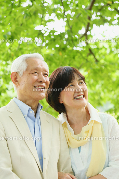 新緑とシニア夫婦の販売画像