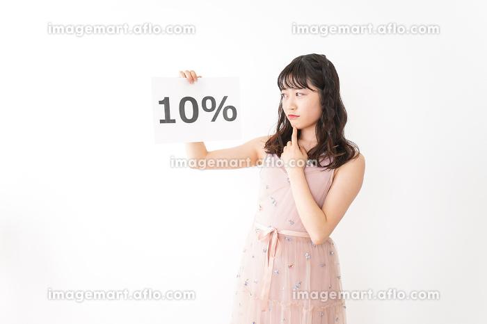消費増税を心配する若い女性の販売画像