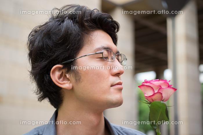 薔薇の花の匂いを香る男性の販売画像