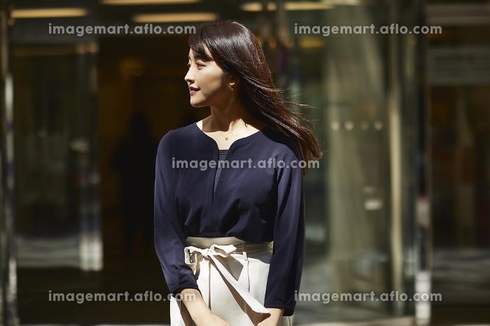 待ち合わせ中の日本人女性のポートレートの販売画像