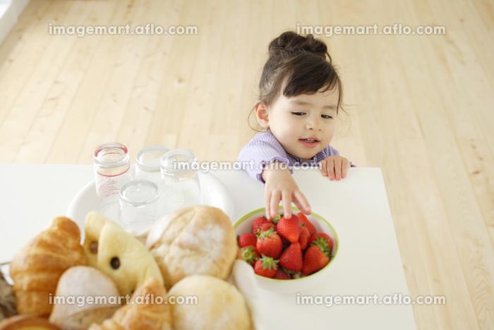 イチゴをとるハーフの子供