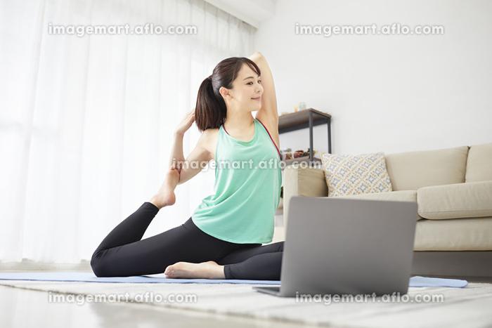 オンラインでヨガをする若い日本人女性の販売画像