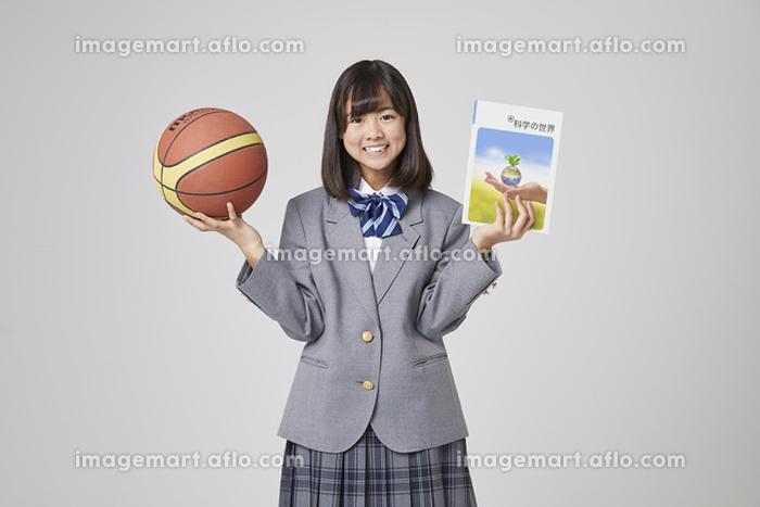 文武両道の女子中学生の販売画像