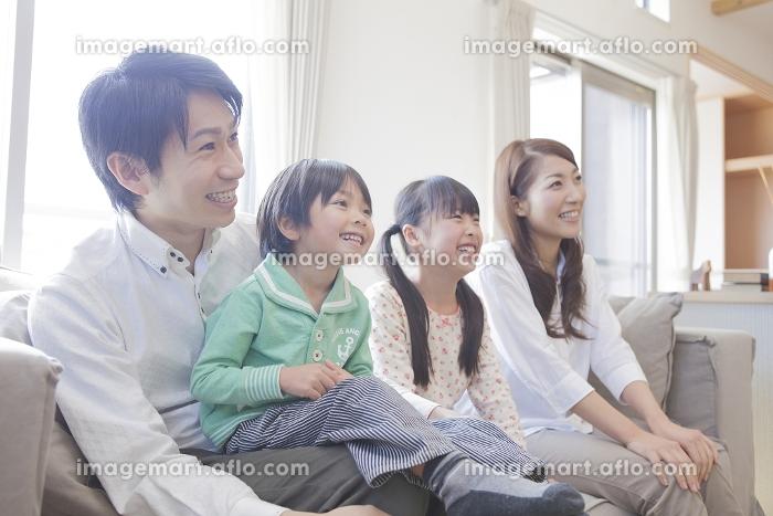 ソファーに座る家族の販売画像