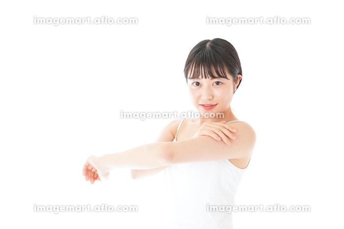 乾燥肌の対策をする若い女性の販売画像