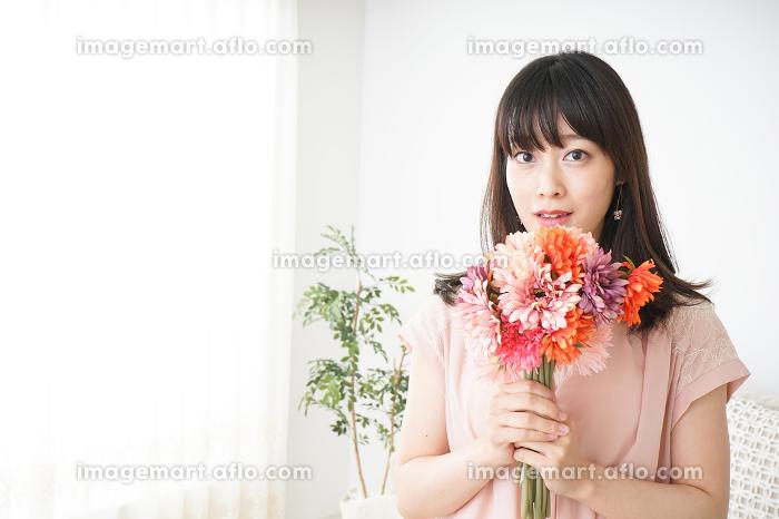 花束を持つ若い女性の販売画像
