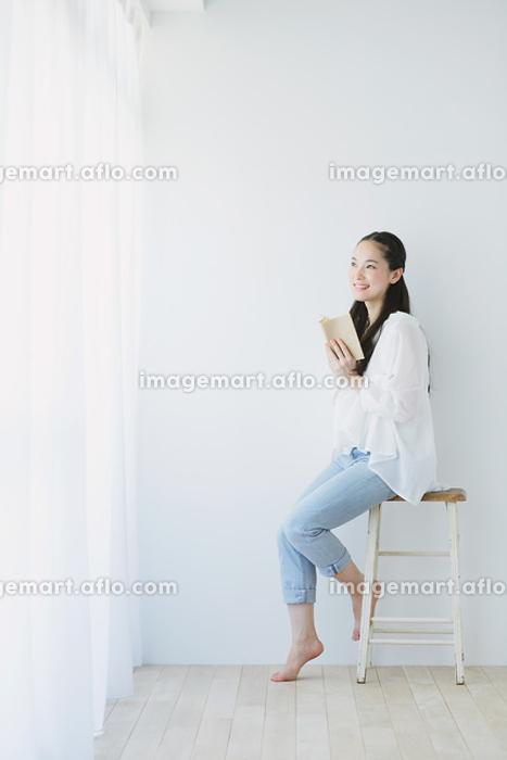 本を読む日本人女性