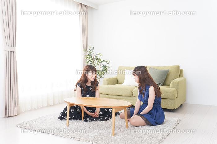 女子会をする若い2人の販売画像