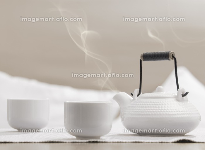 Teapot and cups on table at comfortable relaxation loungeの販売画像