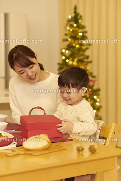 プレゼントを渡す日本人家族の販売画像