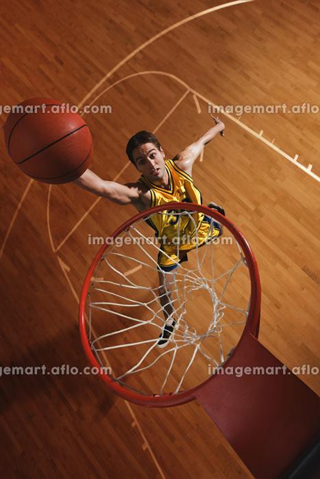 ダンクシュートをするバスケット選手の販売画像