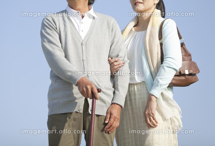 散歩をするシニア夫婦の販売画像