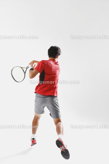 テニスをする若い日本人男性の販売画像