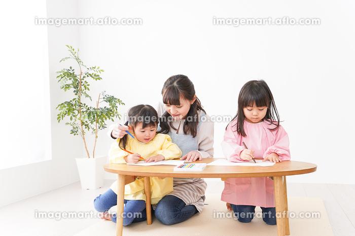 お絵かきをする子どもたちと保育士の販売画像