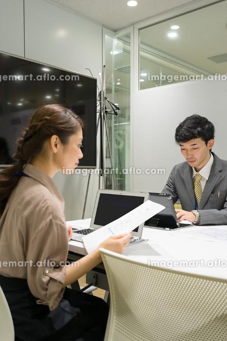 会議・打ち合わせのイメージ(ビジネス・男性・女性)の販売画像