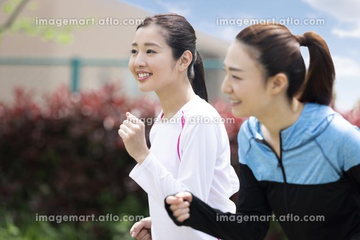 走る女性2人組の販売画像