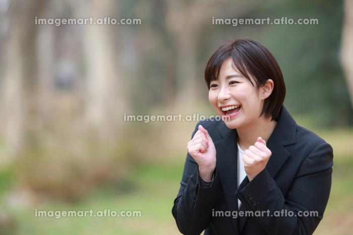 声援を送る女性社員の販売画像