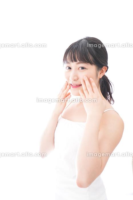 フェイシャルケアをする若い女性の販売画像