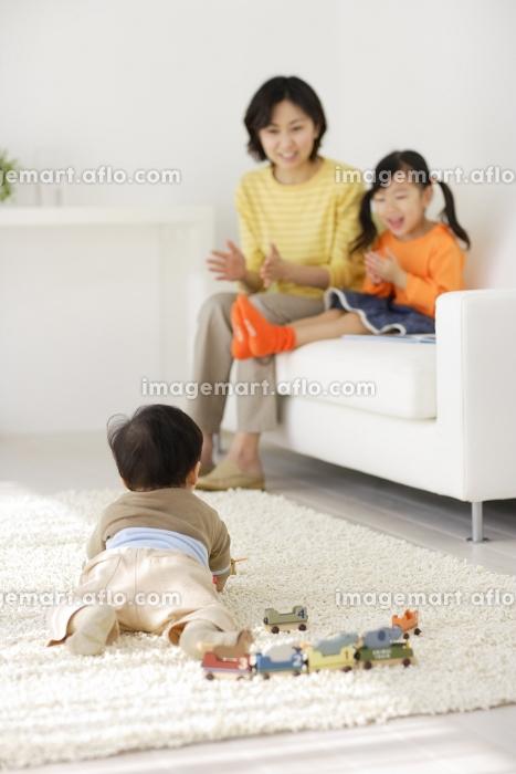 リビングでくつろぐ赤ちゃんとお姉ちゃんとお母さんの販売画像