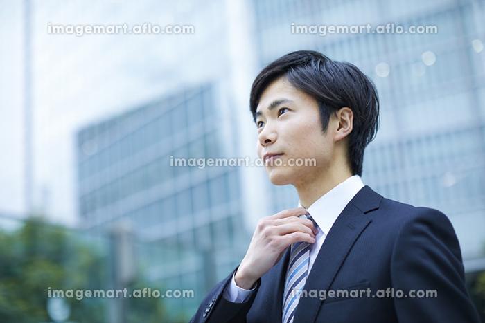 ネクタイを整える新入社員のビジネスマン