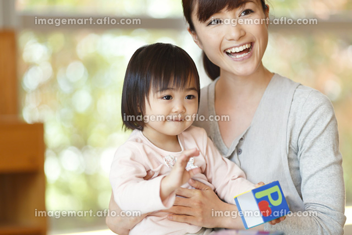 園児と遊ぶ保育士