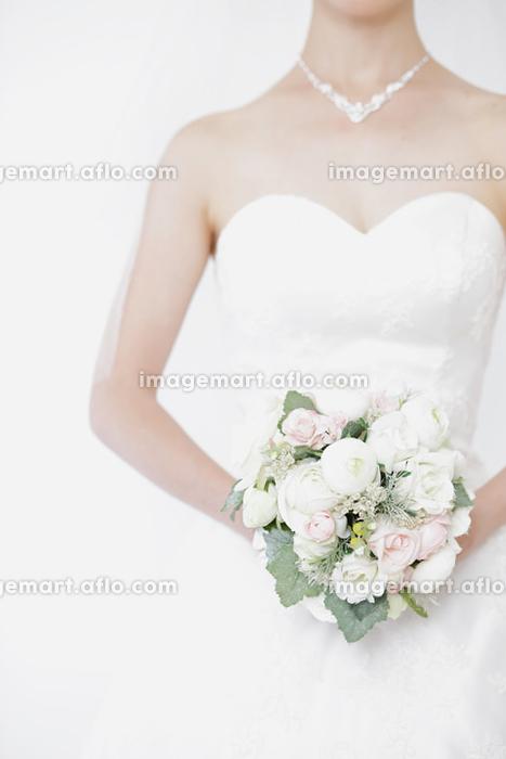 ウェディングドレスを着る花嫁の販売画像