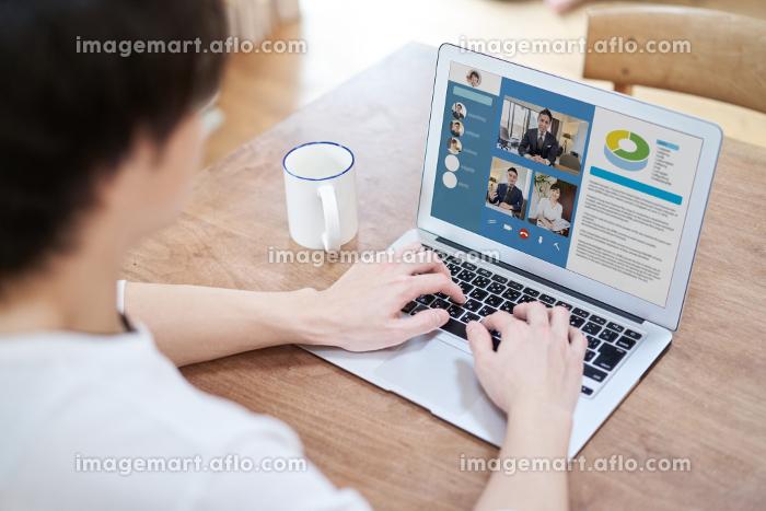 テレワークでオンラインミーティングをするアジア人男性の販売画像