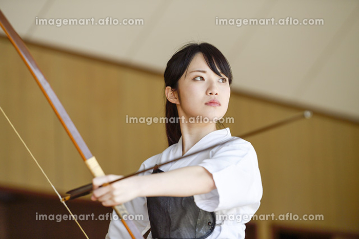 弓道をする日本人女性の販売画像