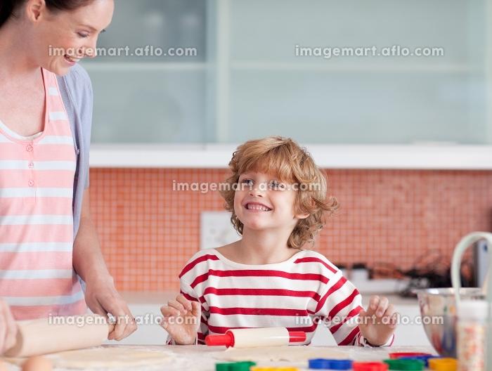 Cute boy cooking in the kitchenの販売画像