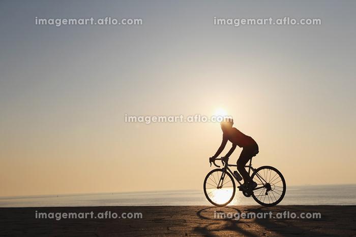 サイクリングする女性の販売画像