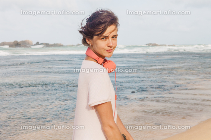 Woman walking on the beachの販売画像