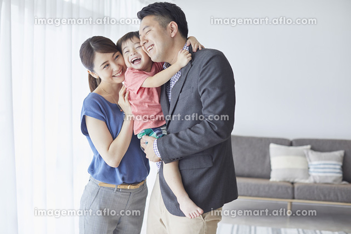 寄り添う三人家族