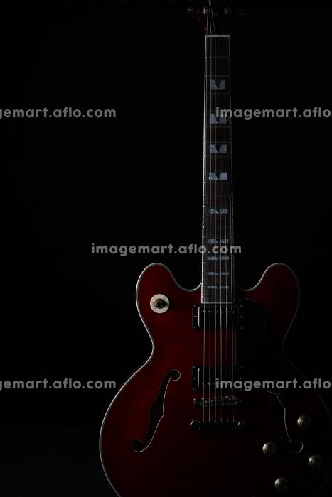 エレキギターのシルエットと陰影の販売画像
