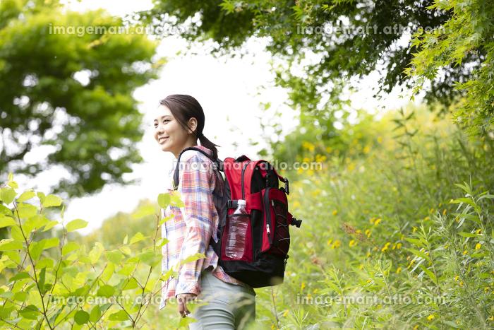 山を歩く女性