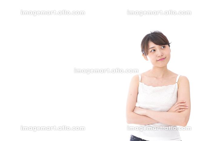 腕を組む美容女性の販売画像