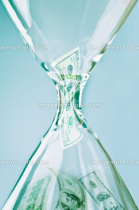 Banknotes in an hourglassの販売画像