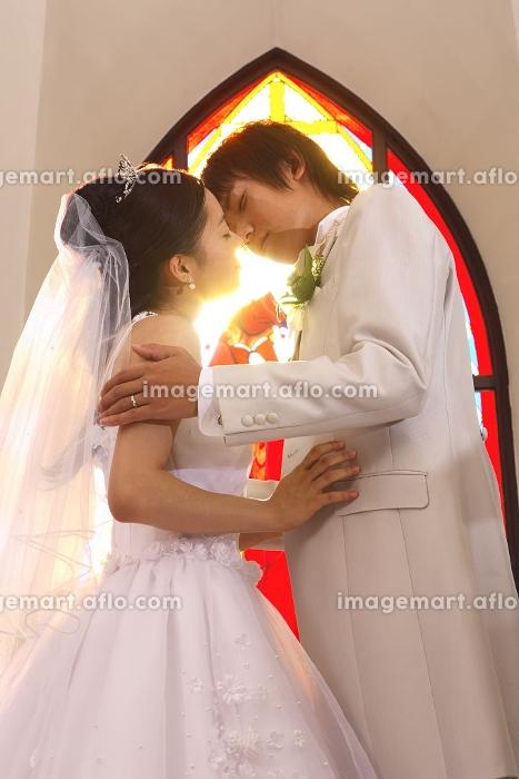 誓いのキスをする新郎・新婦の販売画像