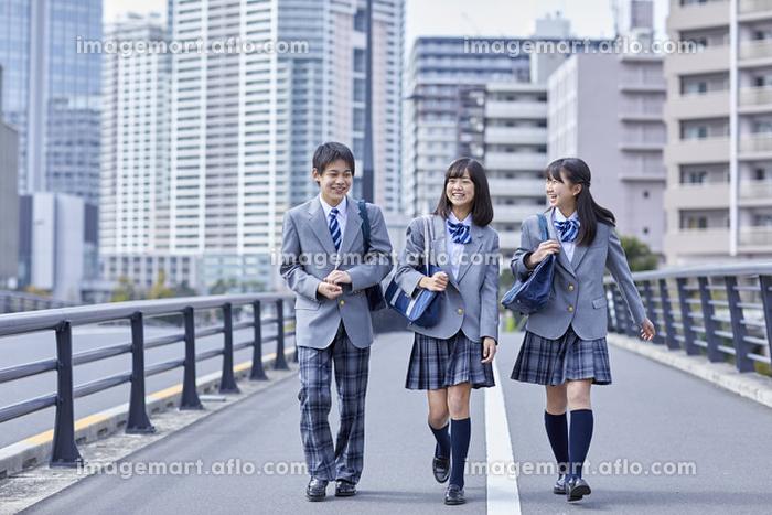 通学する男女の中学生
