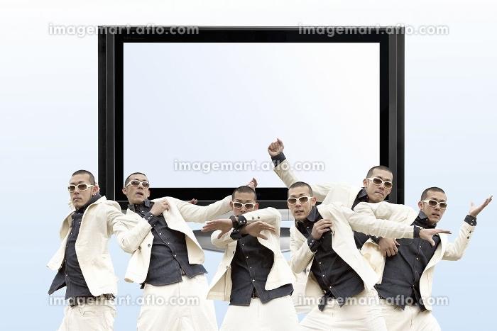 液晶テレビとダンスをする男性