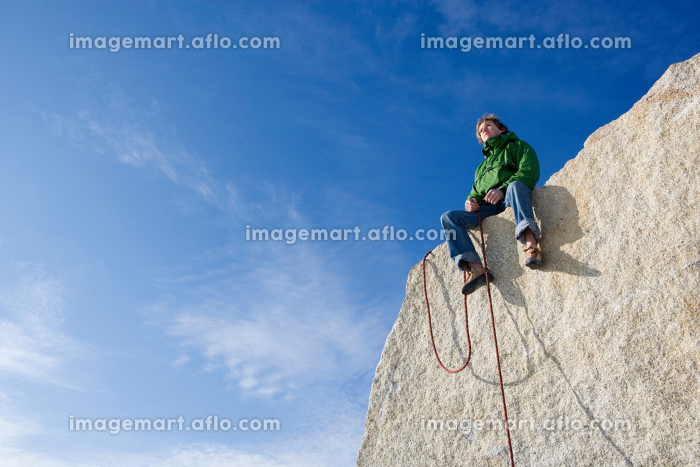Climber sitting on peakの販売画像