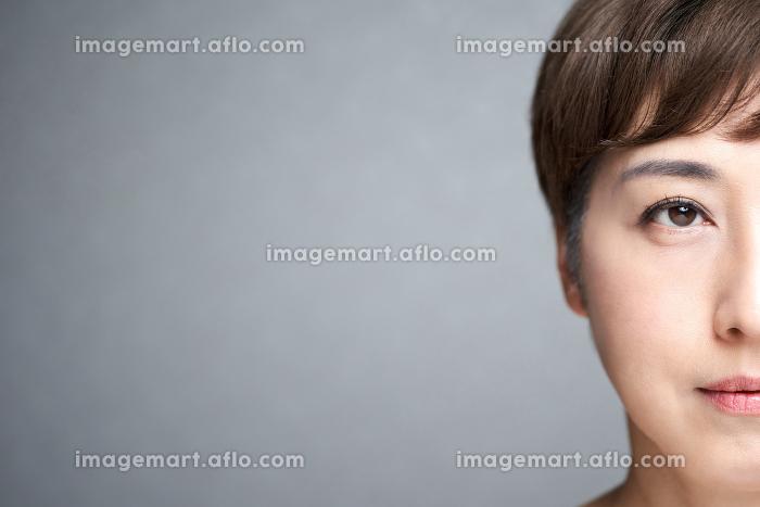 真面目な表情の中年の日本人女性の販売画像