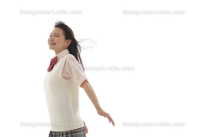 風を受ける制服姿の女の子の販売画像