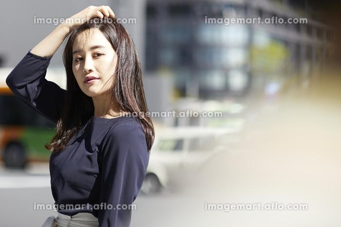 髪をかきあげる日本人女性のポートレートの販売画像