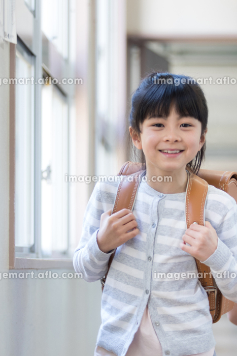 ランドセルを背負った小学生