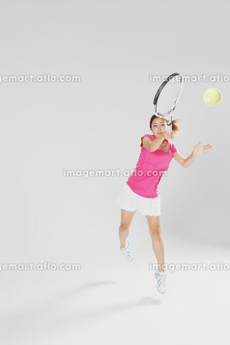 テニスする若い女性の販売画像