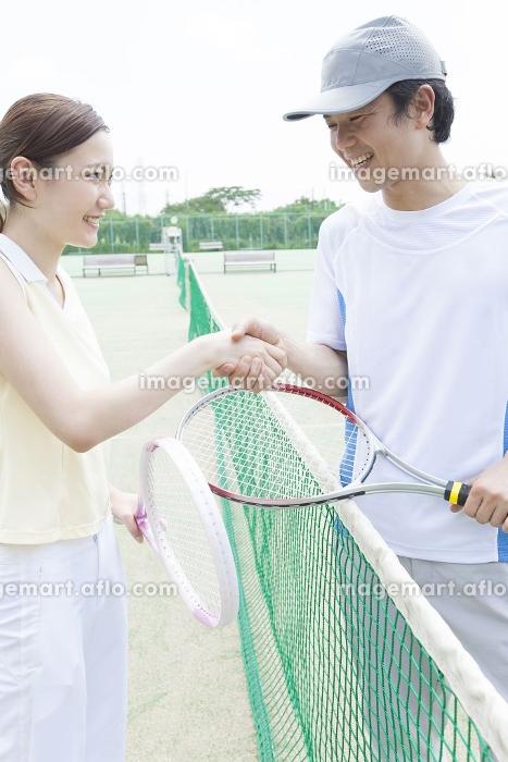 テニスの試合後に握手をする男女の販売画像