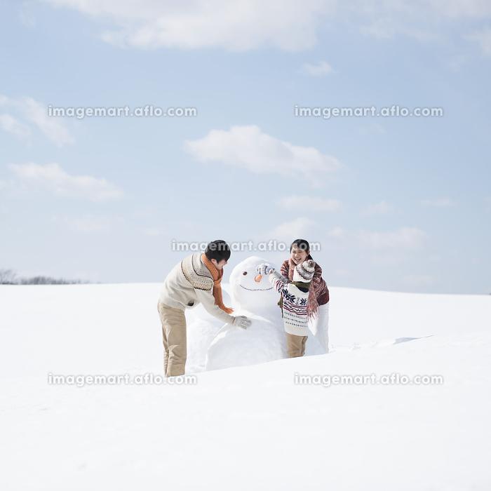 雪だるまを作る家族の販売画像
